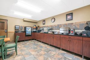 A restaurant or other place to eat at Days Inn & Suites by Wyndham Baxter Brainerd Area