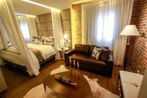 Uma área de estar em Hotel Cercano