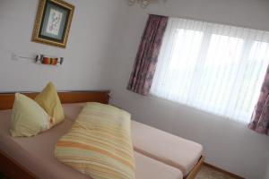Ein Bett oder Betten in einem Zimmer der Unterkunft Apartment Hulfteggpass