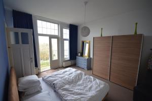 A bed or beds in a room at Nieuw Vlissingen Boulevard Evertsen