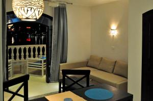 A seating area at IN LUXOR Nile Apartments