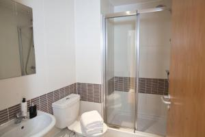 A bathroom at Watford Centre - Luxury Penthouse