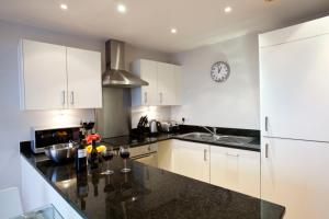 A kitchen or kitchenette at Watford Centre - Luxury Penthouse