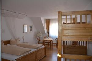 Een bed of bedden in een kamer bij Hotel Weinhaus Feiden - Alte Bürgermeisterei