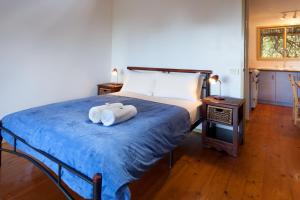 A bed or beds in a room at Bombina Cottages