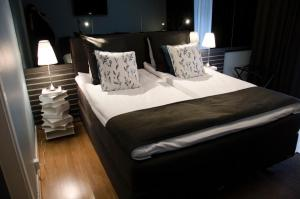 Säng eller sängar i ett rum på Hotell Gillet i Köping
