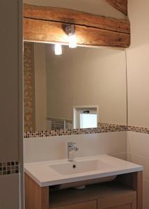 A bathroom at Les Jolies Arches, Manoir de Longeveau