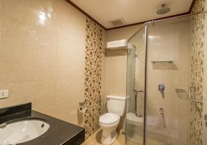 A bathroom at Coral Cliff Hotel