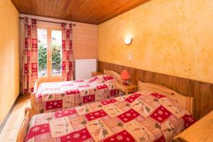 A bed or beds in a room at Le Petit Chalet