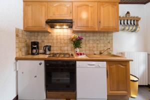 A kitchen or kitchenette at Le Petit Chalet