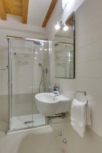 A bathroom at Appartamento Arco