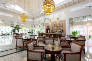 A restaurant or other place to eat at Bahia Principe Luxury Bouganville - Adults Only All Inclusive