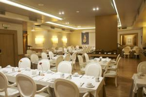 A restaurant or other place to eat at Hotel Real Parque
