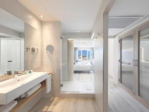 A bathroom at Amàre Beach Hotel Marbella - Adults Only