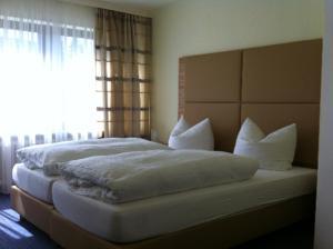 Ein Bett oder Betten in einem Zimmer der Unterkunft Gästehaus Café Ruff
