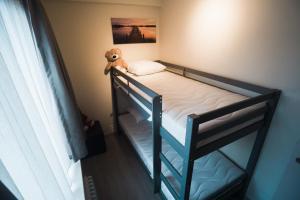 Ein Etagenbett oder Etagenbetten in einem Zimmer der Unterkunft O-Mer Oostende