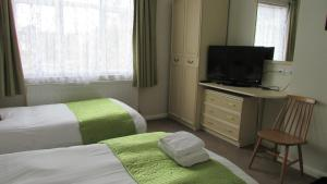 A television and/or entertainment centre at Rhondda Bed and Breakfast