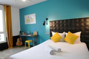 A bed or beds in a room at Arty Paris Porte de Versailles by River