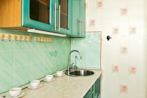 A kitchen or kitchenette at Apartments Akademika Glushko, 14к1