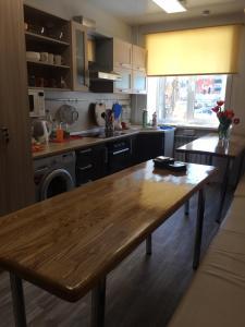 Кухня или мини-кухня в Hostel 65