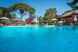Het zwembad bij of vlak bij Rock Hotel