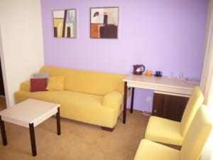 Зона вітальні в 7 Days Hotel Kamyanets-Podilskyi