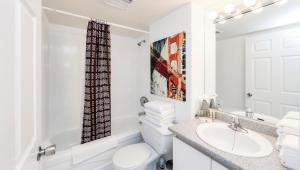 A bathroom at Canada Suites on Bay, established 1998