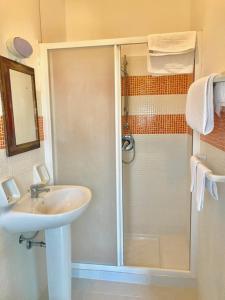 A bathroom at Hotel Scala Greca