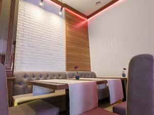 A restaurant or other place to eat at VisPas Balti