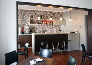 Un restaurante o sitio para comer en Hostal Buró