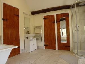 A bathroom at Glencoed B&B