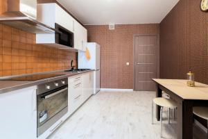 Кухня или мини-кухня в Home Like on Kutuzovskaya 23