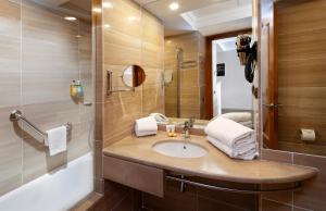 A bathroom at Apartaments-Hotel Hispanos 7 Suiza