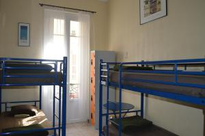 A bunk bed or bunk beds in a room at Backpackers Chez Patrick