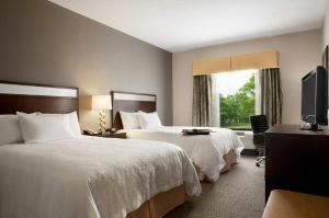 A bed or beds in a room at Hampton Inn & Suites - Mansfield