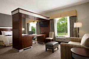 A seating area at Hampton Inn & Suites - Mansfield
