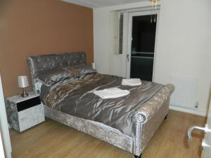 A bed or beds in a room at Liverpool City Waterfront Apartment