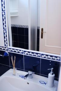 A bathroom at Hakuna Matata Hostel
