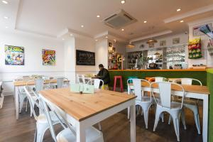 A restaurant or other place to eat at Smart Hyde Park View Hostel