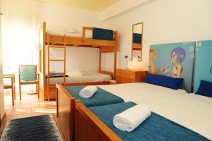 Ein Etagenbett oder Etagenbetten in einem Zimmer der Unterkunft Caparica Sun Centre