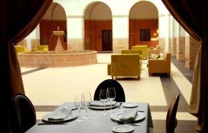 Un restaurante o sitio para comer en Hotel Spa Martín el Humano