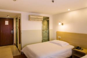 A bed or beds in a room at Motel Zhuhai Ningxi Road