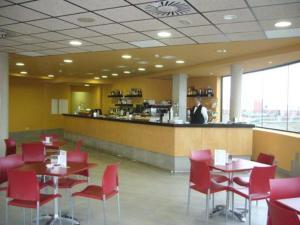 Un restaurante o sitio para comer en Hotel Alfinden