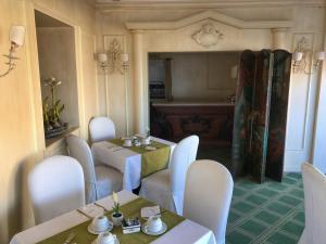 A seating area at Hotel Villa del Bosco