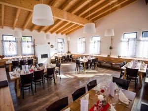 Ein Restaurant oder anderes Speiselokal in der Unterkunft Schlemmerhütte - Hotel