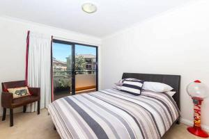A bed or beds in a room at Bondi Beach Lamrock Avenue