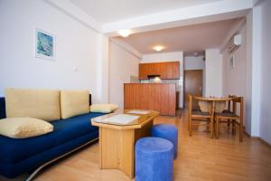 A seating area at Apartments Alen