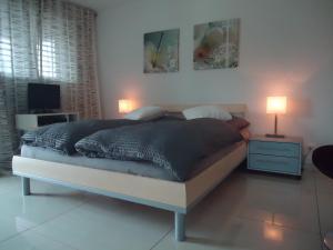 Ein Bett oder Betten in einem Zimmer der Unterkunft Studios Faoug