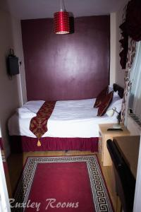 A bed or beds in a room at Ruxley Rooms