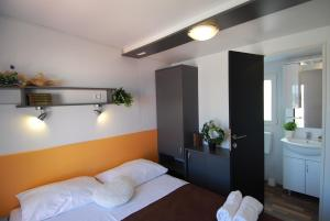 Postelja oz. postelje v sobi nastanitve Superior Mobile Homes in Camping Kastanija